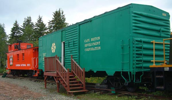 DR 6006 and caboose